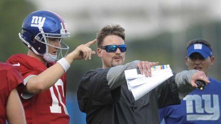 Giants quarterback Eli Manning talks with offensive coordinator