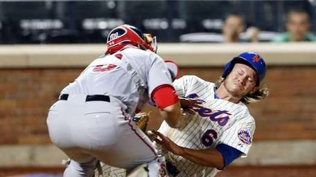 Matt den Dekker of the Mets is tagged