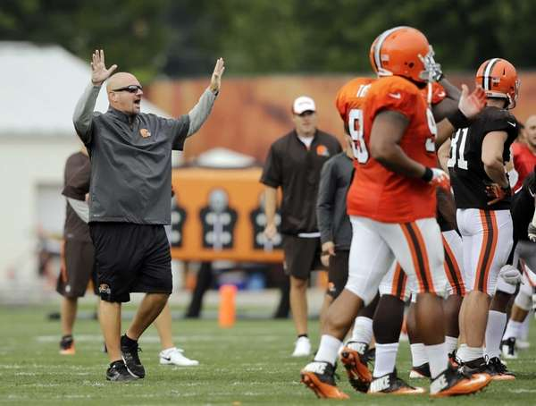 Cleveland Browns head coach Mike Pettine yells at