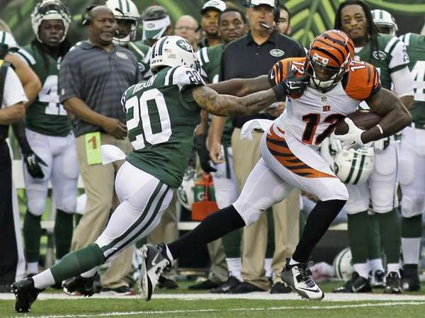 Cincinnati Bengals wide receiver Mohamed Sanu catches a