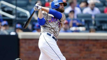 Lucas Duda of the Mets follows through on