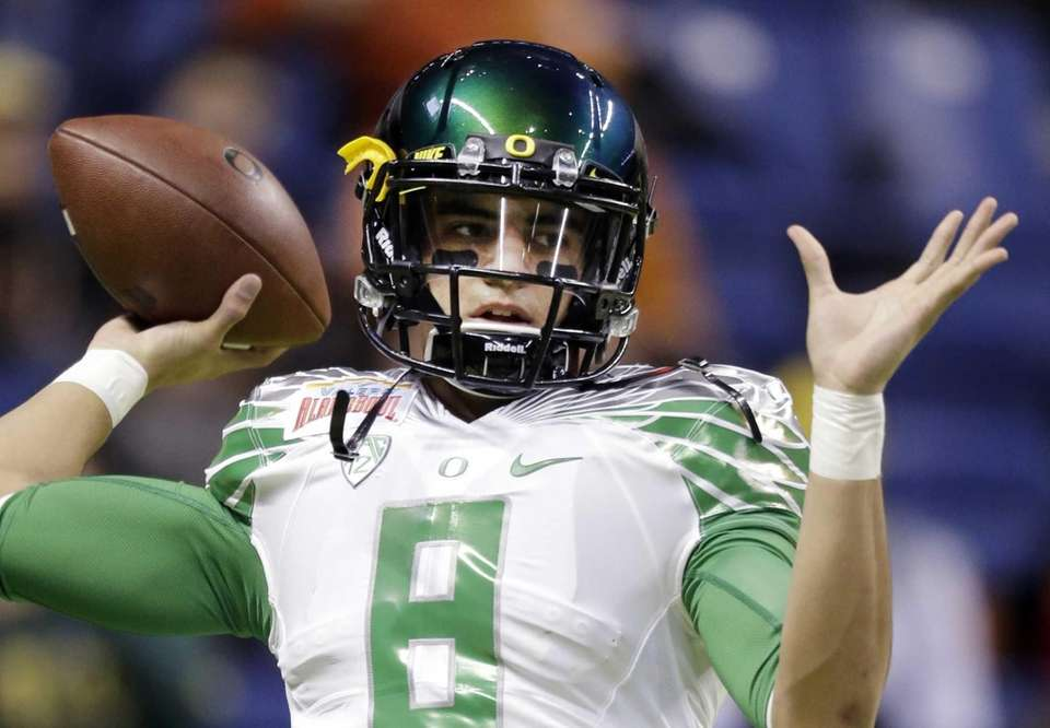 Oregon's Marcus Mariota warms up for the Valero
