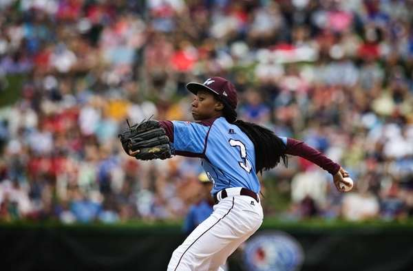 Philadelphia's Mo'ne Davis delivers a pitch against Nashville