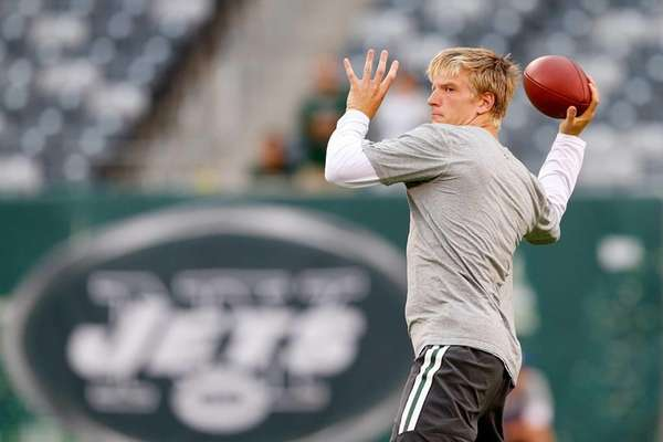 Quarterback Matt Simms of the Jets throws during