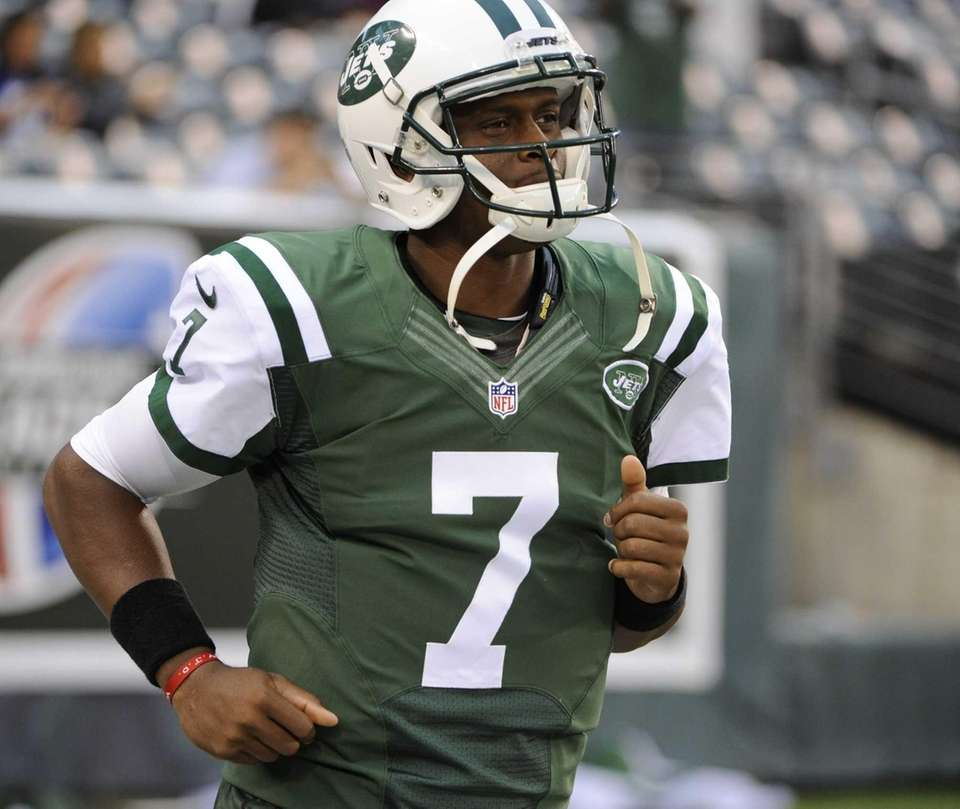 Jets quarterback Geno Smith runs onto the field