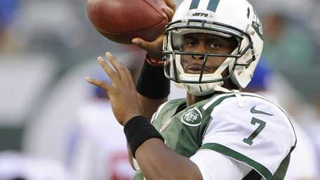 Jets quarterback Geno Smith warms up on the