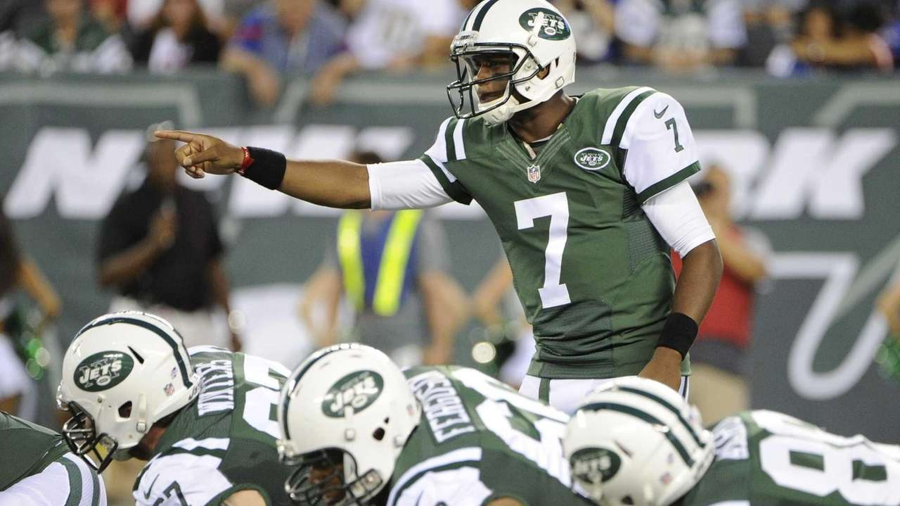 Jets quarterback Geno Smith directs his offense against