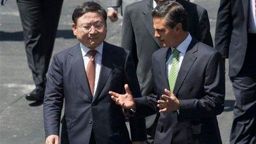 Kia vice chairman and CEO Lee Hyoung-keun, left,