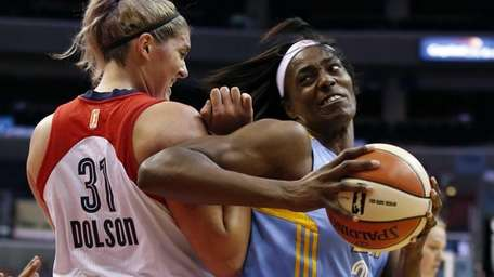 Chicago Sky center Sylvia Fowles (34) works to