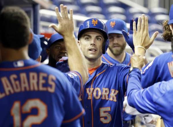 Mets' David Wright is congratulated in the dugout