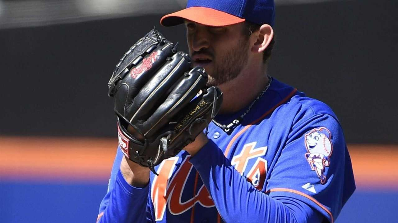 Mets starting pitcher Jonathon Niese delivers a pitch