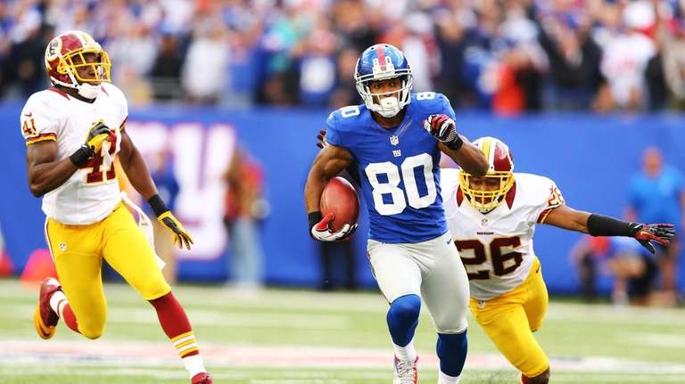 Victor Cruz of the Giants runs after a