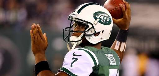 Jets quarterback Geno Smith warms up before a