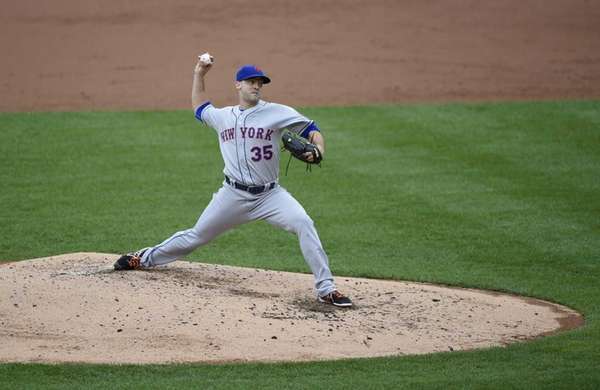 Mets starting pitcher Dillon Gee delivers a pitch