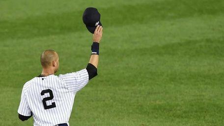 Derek Jeter tips his cap to the crowd