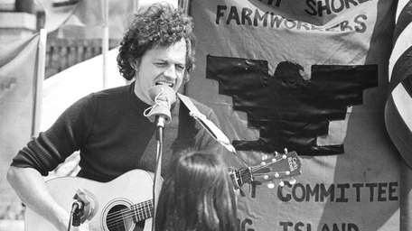 A young fan watches Harry Chapin perform at