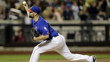 Mets relief pitcher Buddy Carlyle pitches in relief
