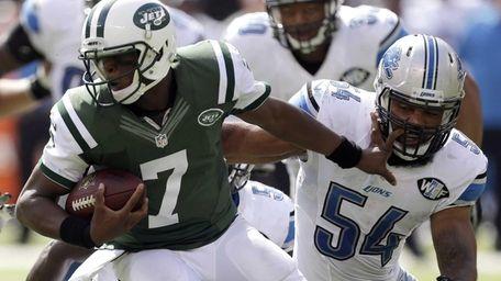 Jets quarterback Geno Smith (7) tries to get