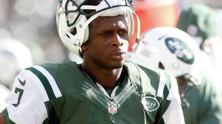 Jets quarterback Geno Smith stands at the bench