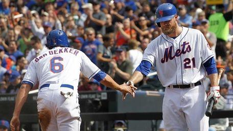 The Mets' Matt den Dekker (6) is congratulated