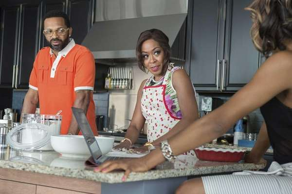 Cassie (Tichina Arnold), M-Chuck (Erica Ash) and Uncle