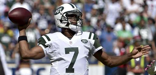 Jets quarterback Geno Smith passes against the San