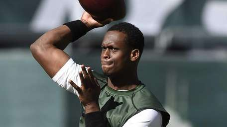 Jets quarterback Geno Smith (7) warms up before