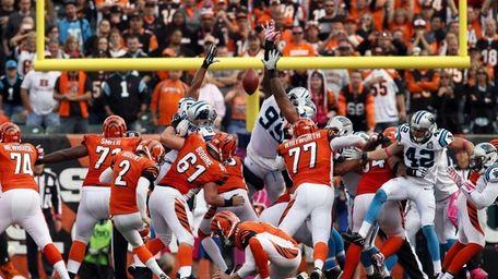 Cincinnati Bengals kicker Mike Nugent (2) misses a