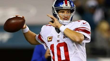 Giants quarterback Eli Manning warms up before the
