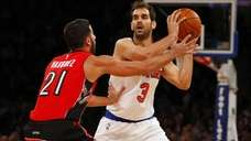 Jose Calderon #3 of the Knicks controls the