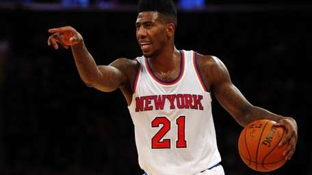 Iman Shumpert #21 of the Knicks controls the