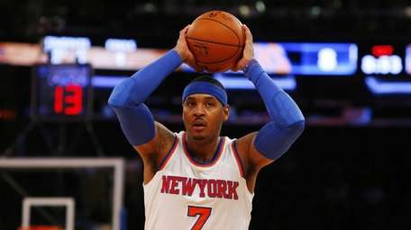 Carmelo Anthony #7 of the Knicks controls the