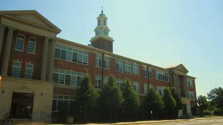 Lindenhurst Middle School, part of the Lindenhurst Union