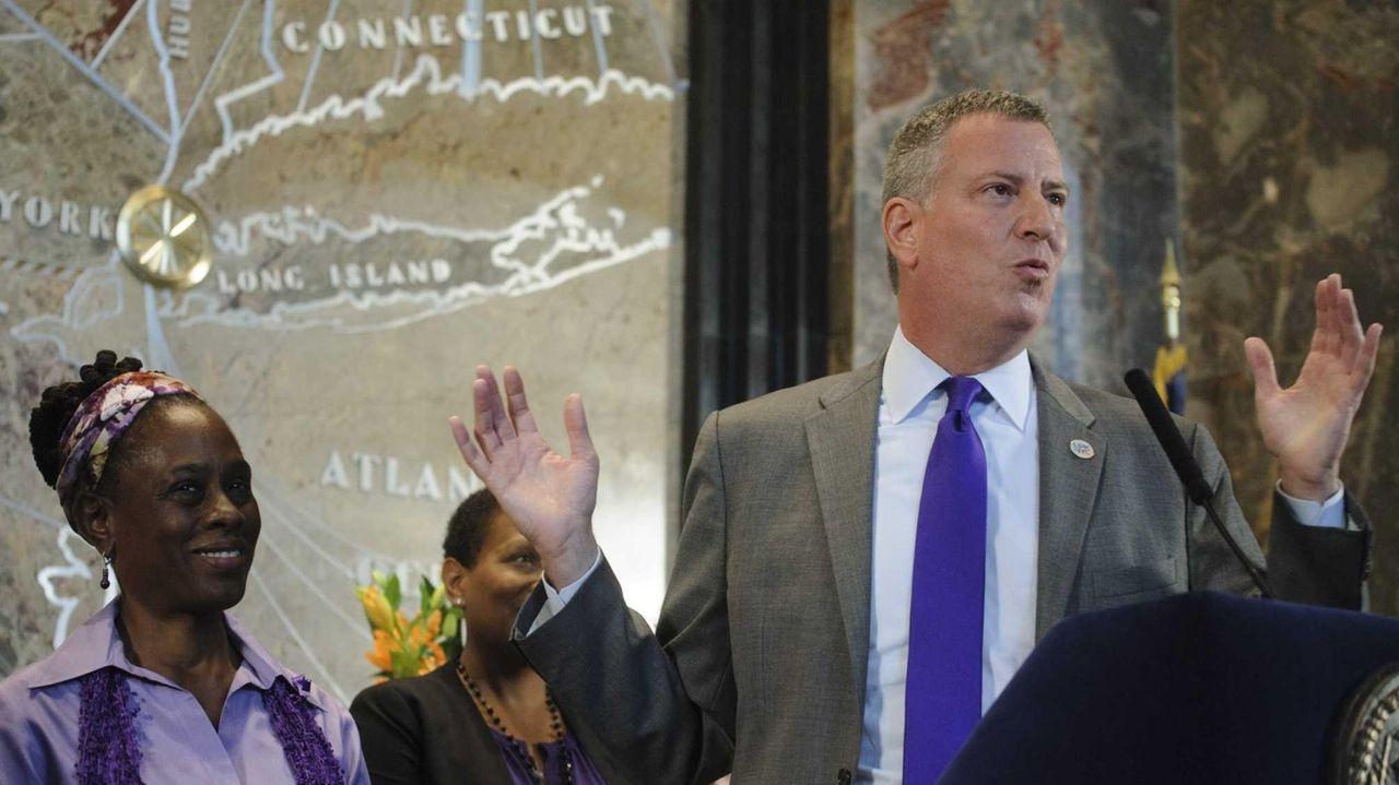 New York City Mayor de Blasio, right, is