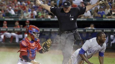 Home plate umpire Hunter Wendelstedt, center, calls Kansas