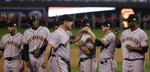 San Francisco Giants manager Bruce Bochy, center, is