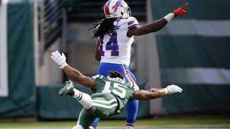 Jets' Saalim Hakim dives to tackle Buffalo Bills
