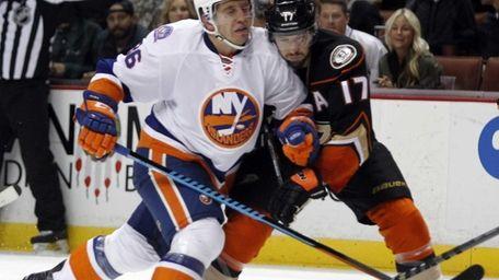 New York Islanders left wing Nikolai Kulemin, left,
