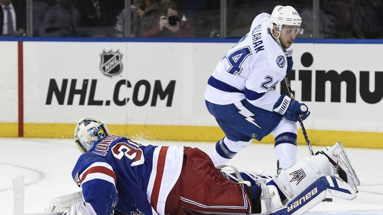 Tampa Bay Lightning right wing Ryan Callahan scores