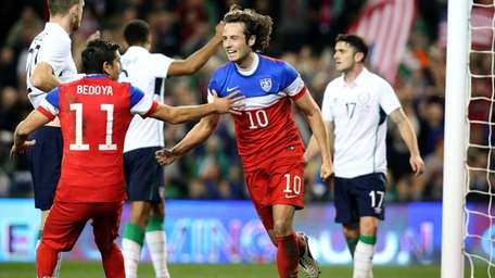 United States midfielder Mix Diskerud, right, celebrates with