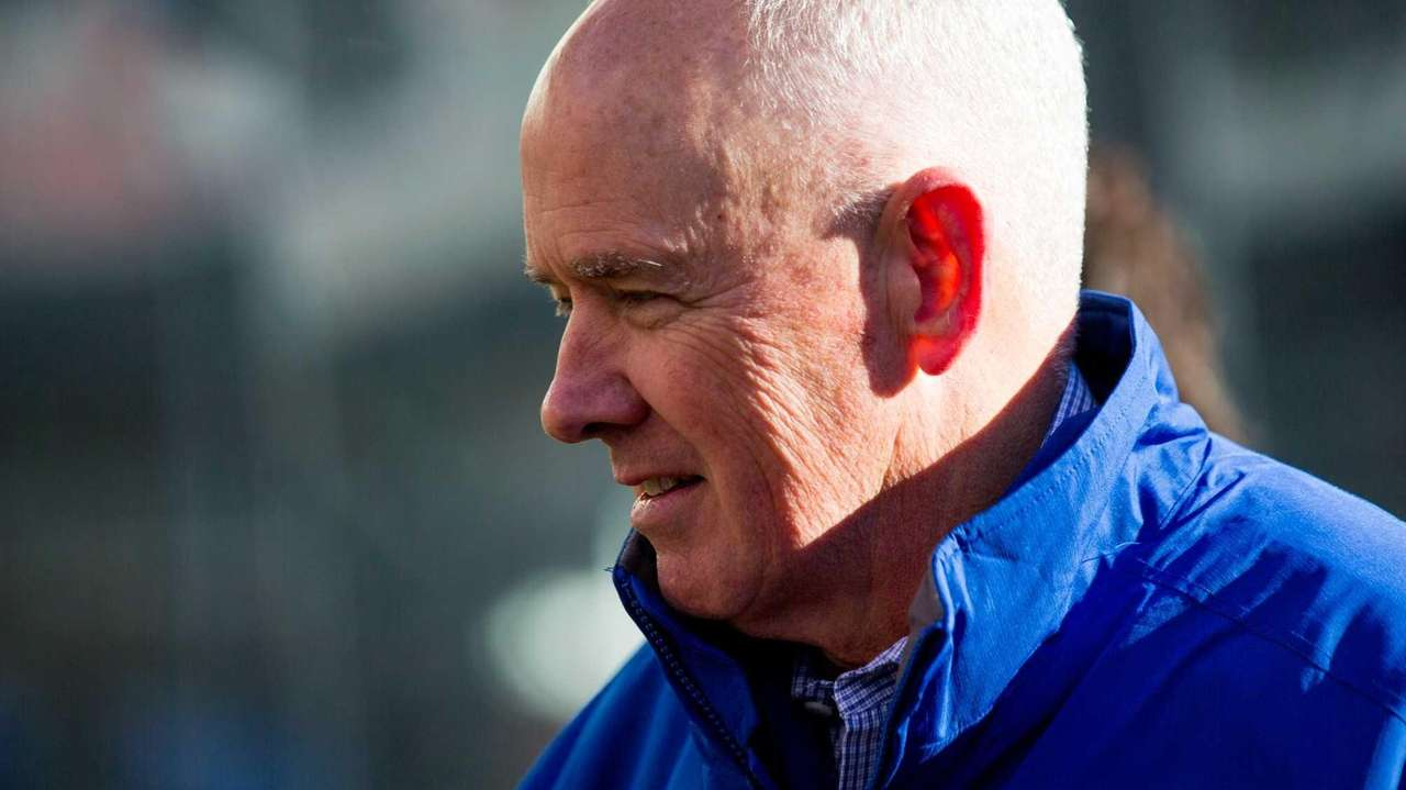New York Mets general manager Sandy Alderson gives