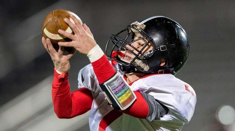 Syosset receiver Ian Berg (2) brings in a