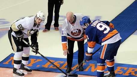 Former Islanders goalie Billy Smith drops the puck
