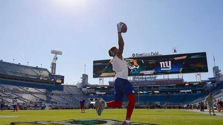 Odell Beckham of the New York Giants warms