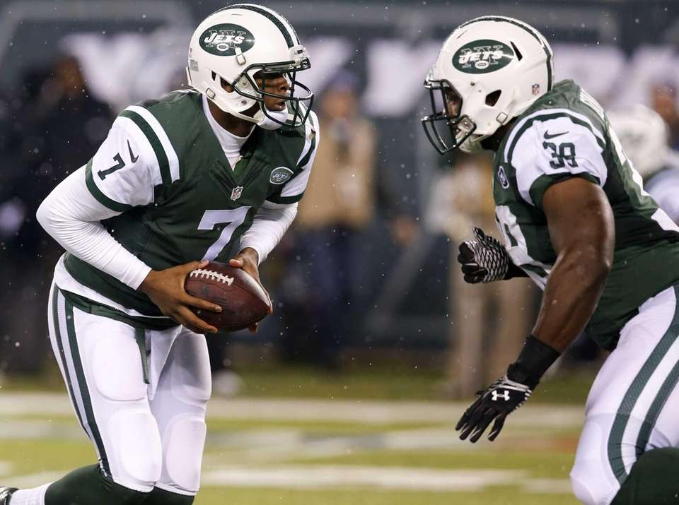 New York Jets quarterback Geno Smith (7) looks