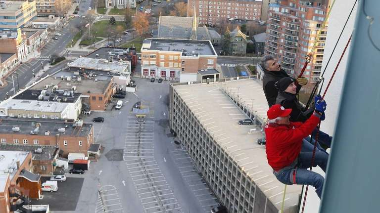 Yankees GM Brian Cashman and Bobby Valentine prepare