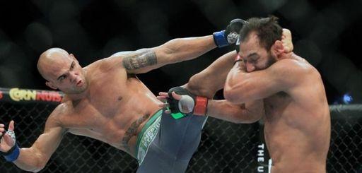 Robbie Lawler catches Johny Hendricks with a kick