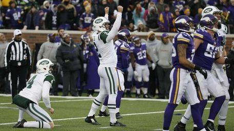 New York Jets kicker Nick Folk, center, reacts