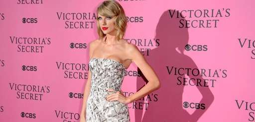 Taylor Swift poses for photographers upon arrival at