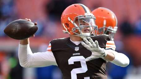 Johnny Manziel #2 of the Cleveland Browns throws